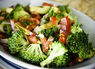 brokkoli-salata-parolt-finomsagokkal
