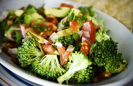 Brokkoli saláta párolt finomságokkal
