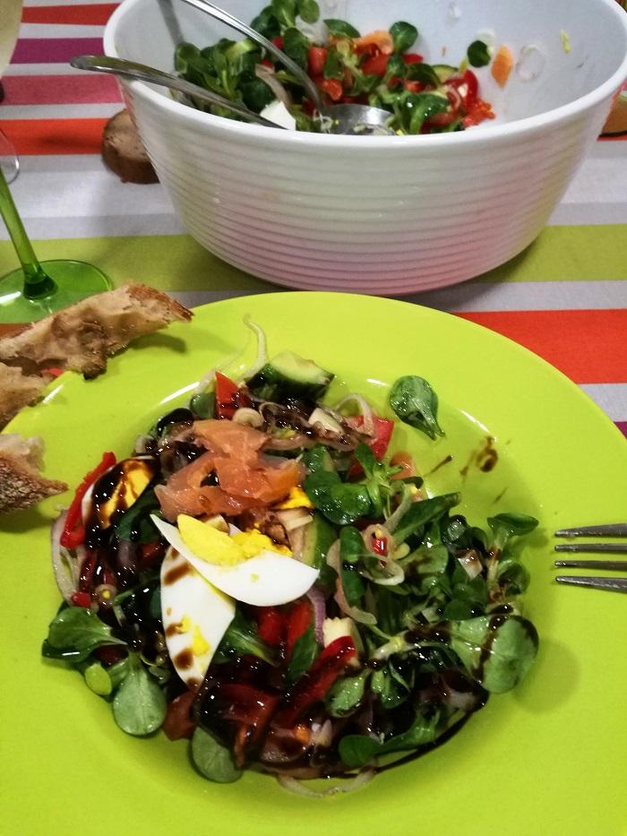 Szivárványos lazacos saláta