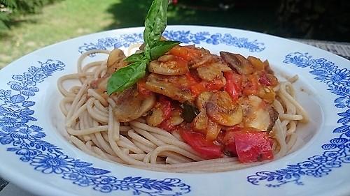 Paradicsomos-gombás spagetti kerti finomságokkal