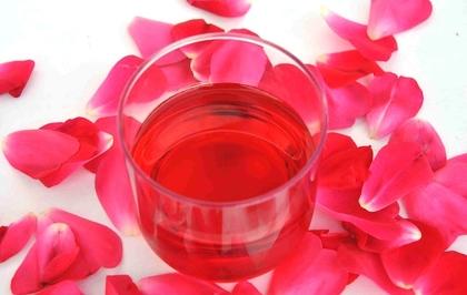 Illatos rózsavíz és belőle készült finomságok