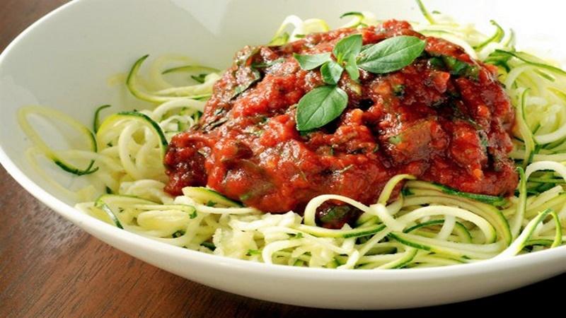 Nyers cukkini spagetti bolognai szósszal
