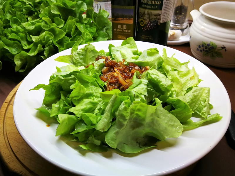 Tölgylevelű saláta balzsamecetes karamellizált hagymával